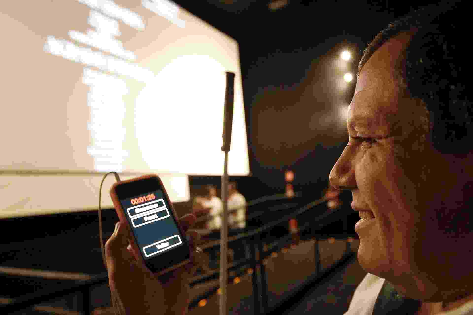 """28.out.2014 - Aguinaldo Pestana testa aplicativo com audiodescrição disponível para o filme """"A Despedida"""" - Reinaldo Canato/UOL"""