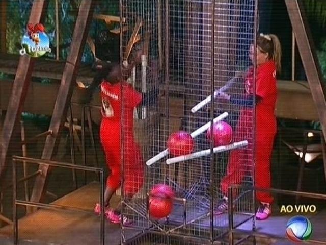 28.out.2014 - Cristina Mortágua derruba bolas durante a prova e Neném vence a prova do fazendeiro da semana em