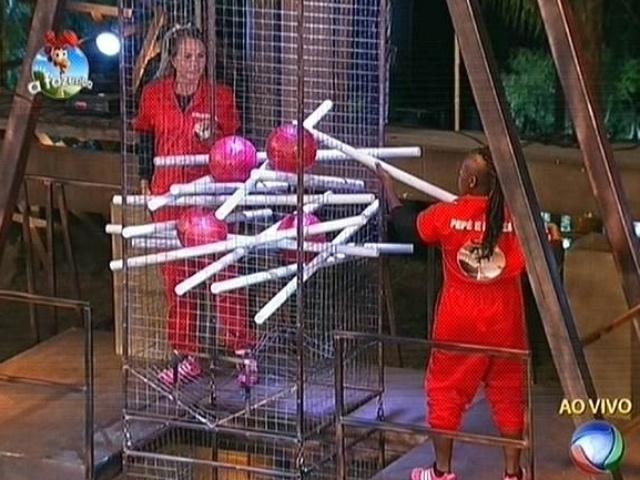 28.out.2014 - Cristina Mortágua e Neném disputam a segunda fase da prova do fazendeiro da semana de