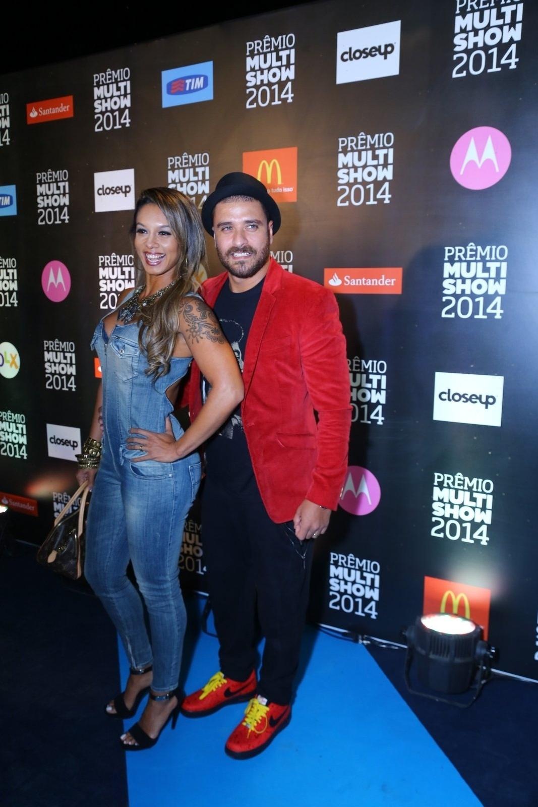 28.out.2014 - Diogo Nogueira e sua mulher, Milena, vão à 21ª edição do Prêmio Multishow 2014 na Arena da Barra, zona oeste do Rio de Janeiro, na noite desta terça-feira