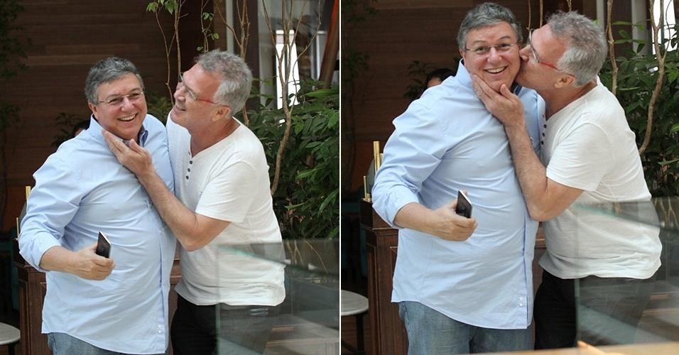 29.out.2014 - O apresentador Pedro Bial e o diretor Boninho, da TV Globo, almoçaram juntos em um shopping do Rio de Janeiro. Ao perceber que estavam sendo fotografados, Bial deu um beijo no diretor, que sorriu para a câmera