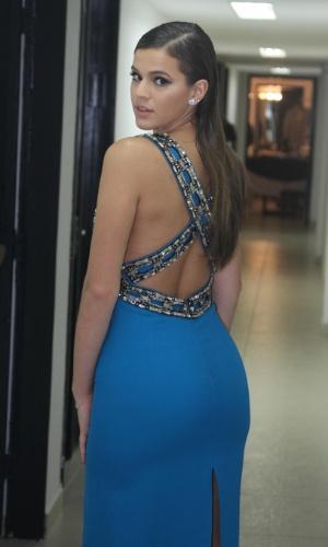29.out.2014- Bruna Marquezine exibe decote nas costas com vestido azul que ressalta suas curvas usado para apresentar o 36º Prêmio Profissionais do Ano da Globo, no HSBC Brasil, em São Paulo