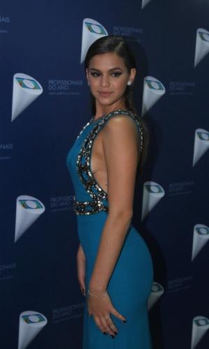 29.out.2014- Bruna Marquezine posa com vestido provocante antes de apresentar premiação em São Paulo