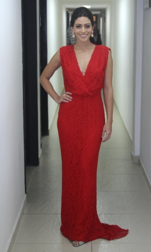 29.out.2014 - Carol Castro posa com um elegante vestido longo vermelho no 36º Prêmio Profissionais do Ano da Globo, no HSBC Brasil, zona sul de São Paulo, na noite desta quarta-feira