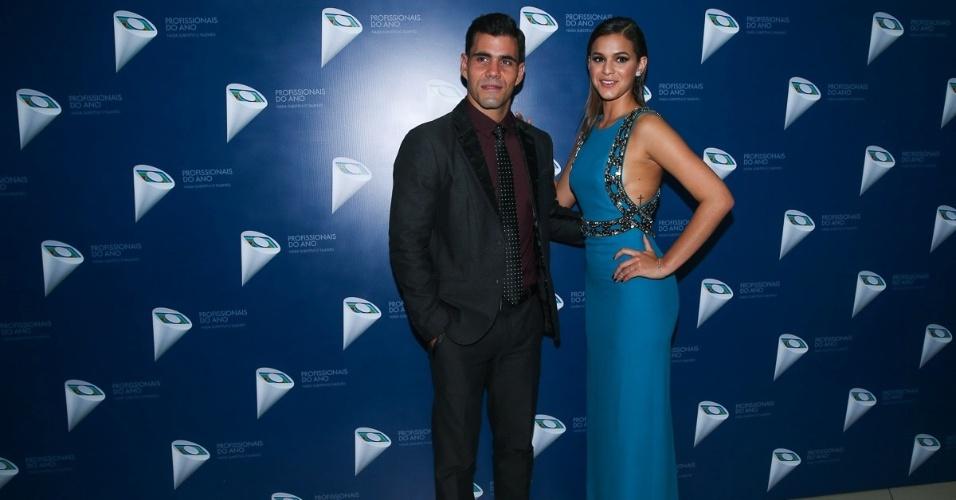 29.out.2014- Juliano Cazarré e Bruna Marquezine marcam presença no 36º Prêmio Profissionais do Ano da Globo em São Paulo