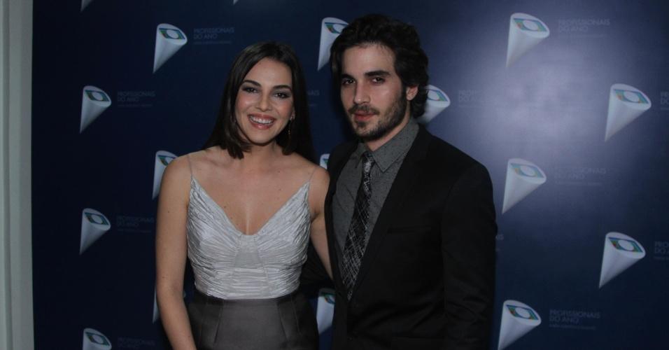 29.out.2014 - Tainá Müller e Fiuk posam juntos no 36º Prêmio Profissionais do Ano da Globo, no no HSBC Brasil, em São Paulo