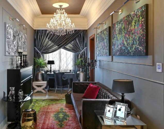 A sala intima da familia de barbara panassi tem inspiracao no estilo classico frances e na arquitetura do palacio do bispo local que sedia a mostra as cores ...