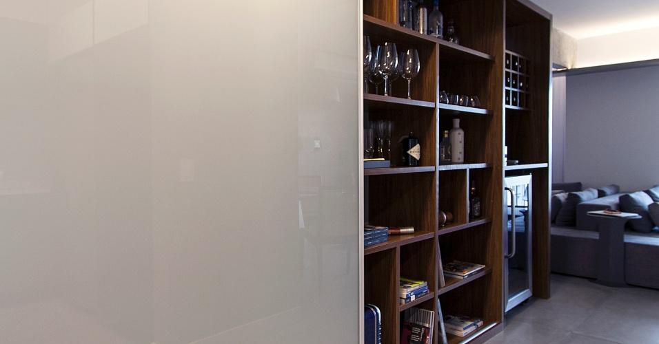 No projeto do Hiperstudio para o apê Raul Pompéia, a marcenaria (Eco Wood) é a peça-âncora da arquitetura de interiores. Ao fundo, a estrutura funciona como adega e traz nichos-prateleiras em jogo não linear, que podem ser usados como apoio em recepções ou para exibir objetos de decoração