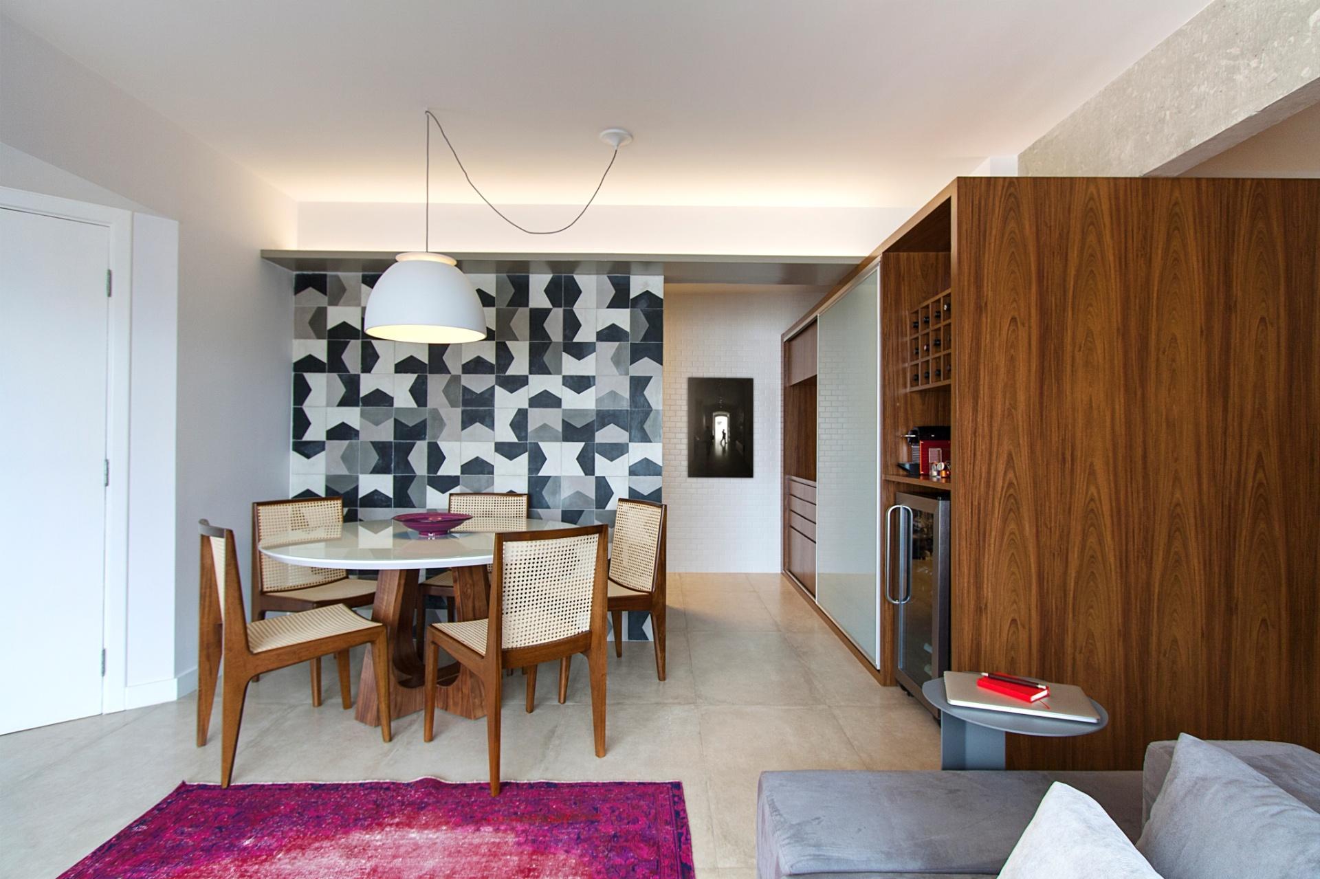 O projeto do Hiperstudio para o apê Raul Pompéia tem a marcenaria (Eco Wood) como peça-âncora da arquitetura de interiores. Ela viabiliza as funções