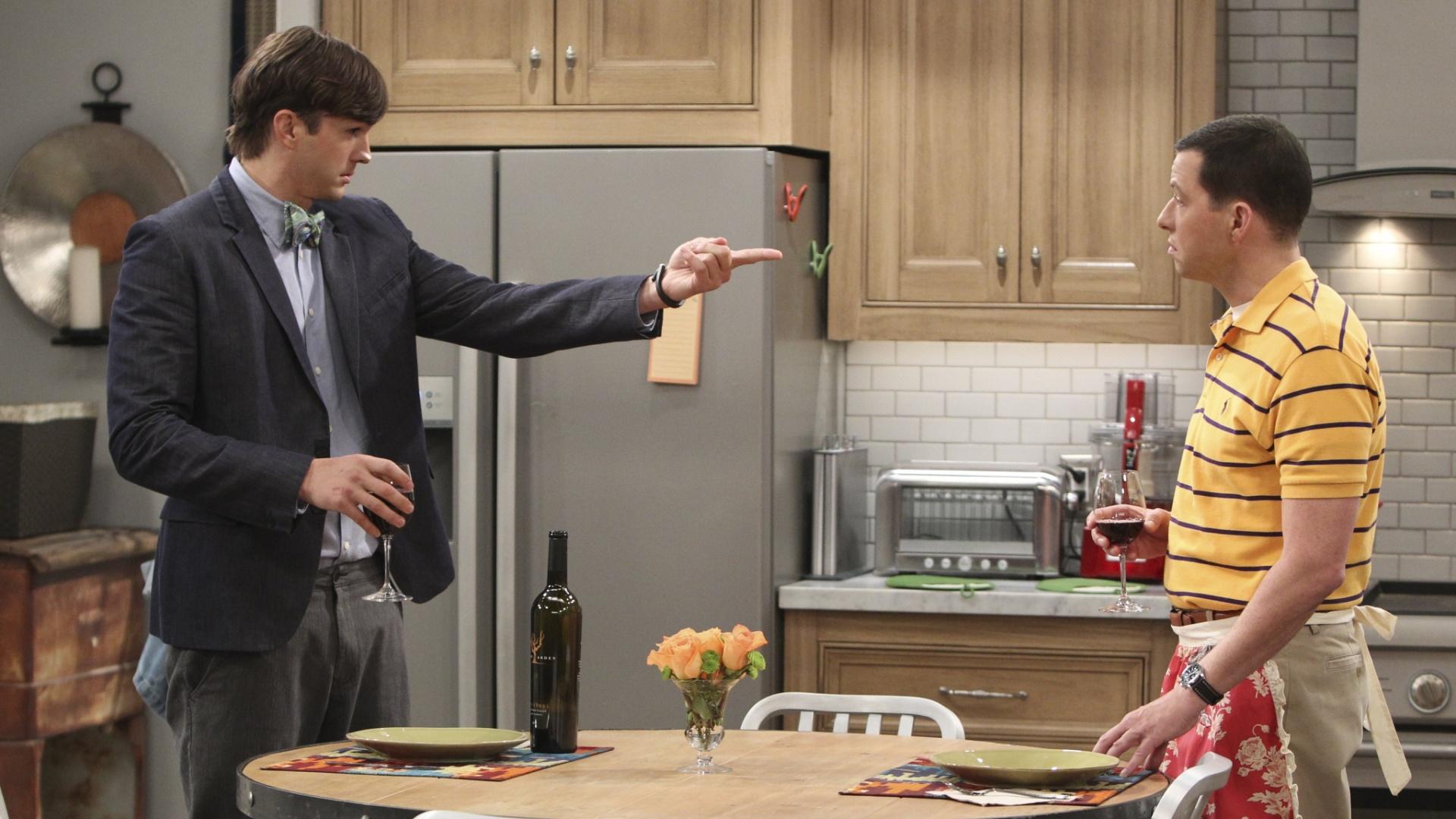 Ashton Kutcher e Jon Cryer em cena da décima-segunda temporada de