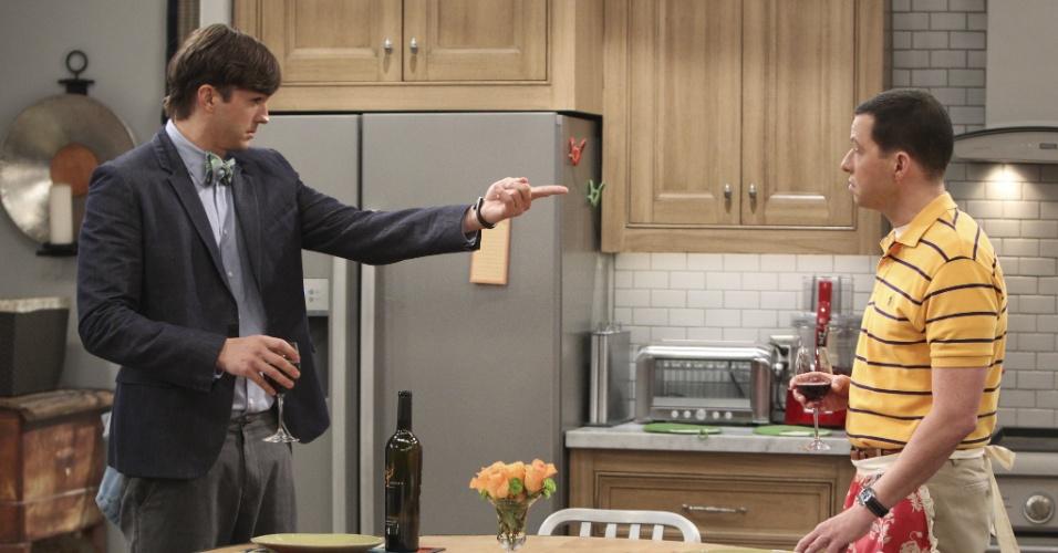 """Ashton Kutcher e Jon Cryer em cena da décima-segunda temporada de """"Two and a Half Men"""""""