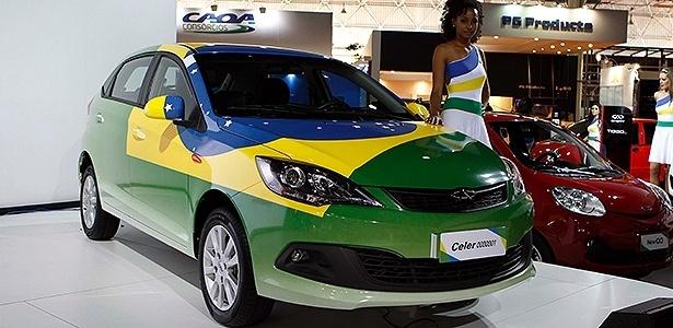 Já reestilizado, Chery Celer nacional aparece pintado com as cores do Brasil em São Paulo; ao fundo, o facelift do QQ, que também será produzido aqui - Ivan Ribeiro/Folhapress