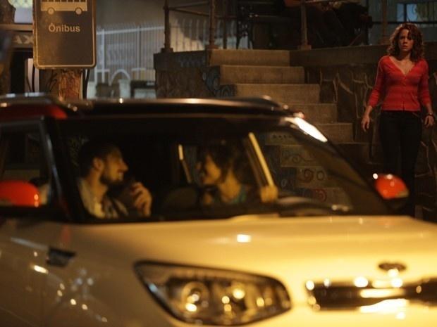 Cristina fica chocada ao flagrar Maria Clara e Vicente juntos no carro