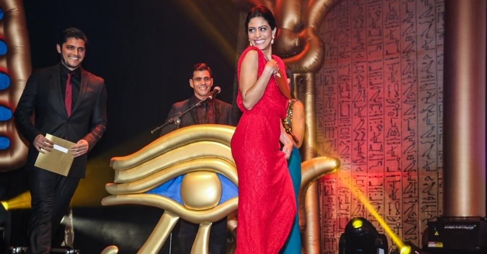 29.out.2014 - Carol Castro joga seu charme no palco do 36º Prêmio Profissionais do Ano da Globo, no HSBC Brasil, zona sul de São Paulo, na noite desta quarta-feira