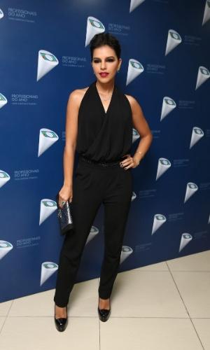 29.out.2014 - Com os cabelos presos, Mariana Rios posa elegante usando um macacão preto em premiação da Globo em São Paulo