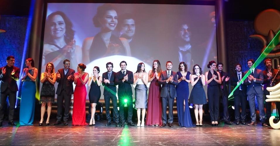 29.out.2014 - Elenco da Globo se reúne em cima do palco após a entrega do 36º Prêmio Profissionais do Ano da Globo, no HSBC Brasil, zona sul de São Paulo, na noite desta quarta-feira