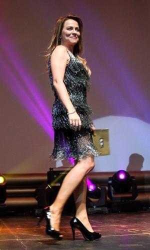 29.out.2014 - Viviane Pasmanter desfila pelo palco com um envelope no 36º Prêmio Profissionais do Ano da Globo, no HSBC Brasil, zona sul de São Paulo, na noite desta quarta-feira