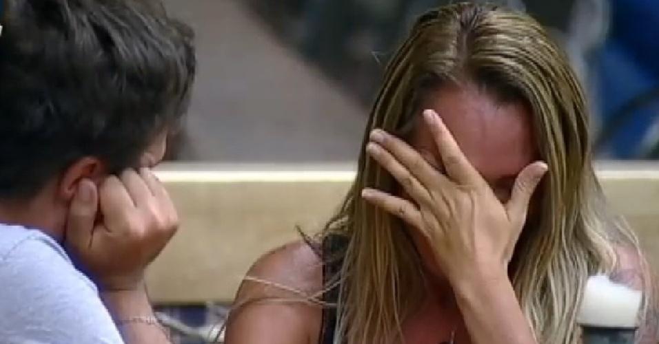 30.out.2014 - Cristina Mortágua chora ao falar sobre o filho Alexandre Mortágua em