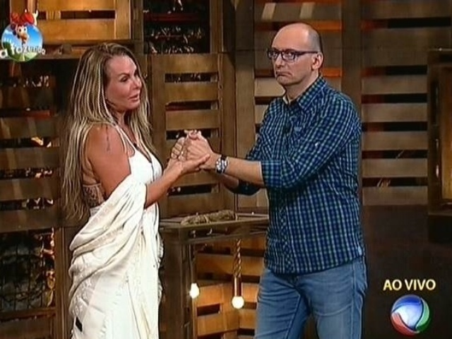 30.out.2014 - Cristina Mortágua se despede de Britto Jr. após ser eliminada de