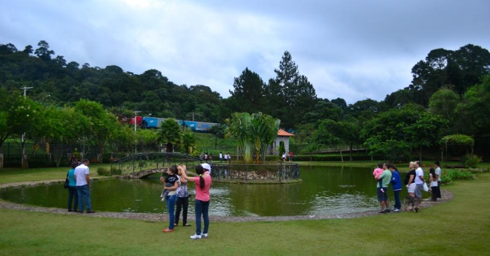 O lago ao redor da Vinícola Góes, em São Roque, atrai muitos visitantes aos finais de semana. Não é raro ver crianças alimentando os peixes do local e famílias e casais costumam passar a tarde aproveitando a natureza no local
