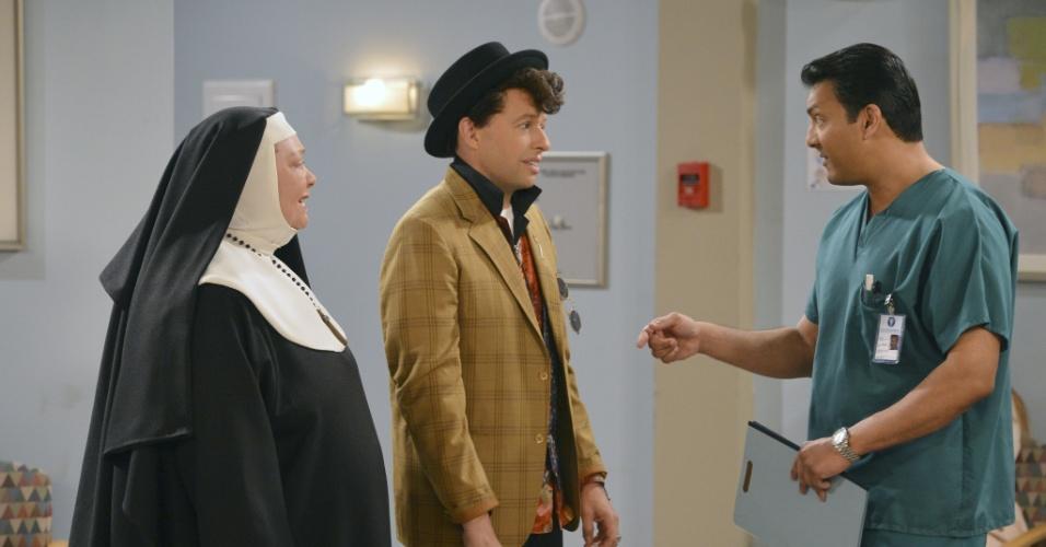 """Após susto de Walden (Ashton Kutcher), Alan (Jon Cryer) e Berta (Conchata Ferrell) recebem notícias de médico no hospital. A cena irá ao ar na estreia da última temporada de """"Two and a Half Men"""""""