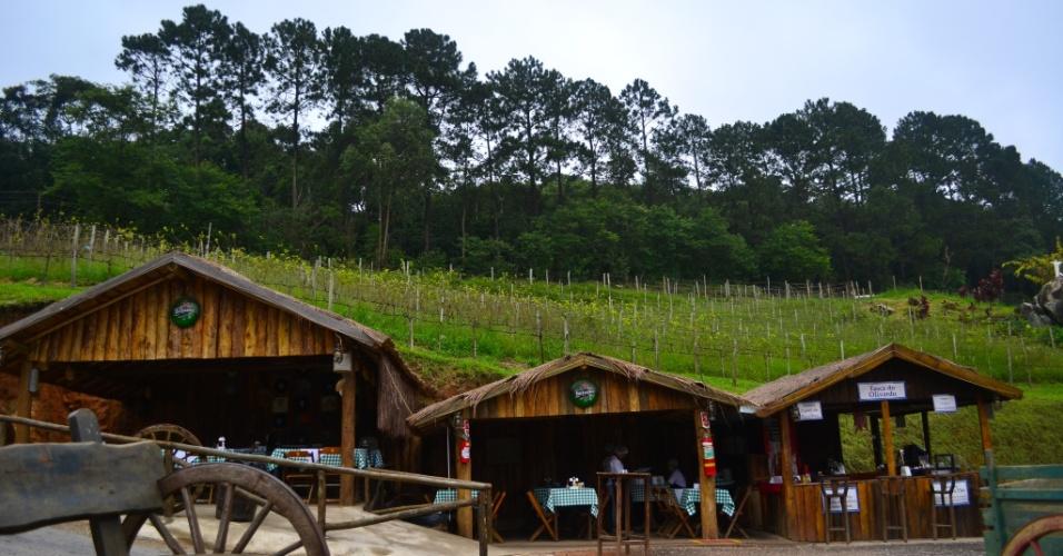 Entrada do restaurante típico português Quinta do Olivardo. Entre os destaques do local estão o bolinho de bacalhau e o suco de uva branco