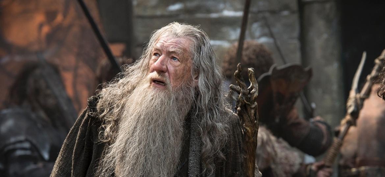 """Gandalf (Ian McKellen) e o arqueiro Bard (Luke Evans) contracenam em """"O Hobbit: A Batalha dos Cinco Exércitos"""" - Divulgação"""