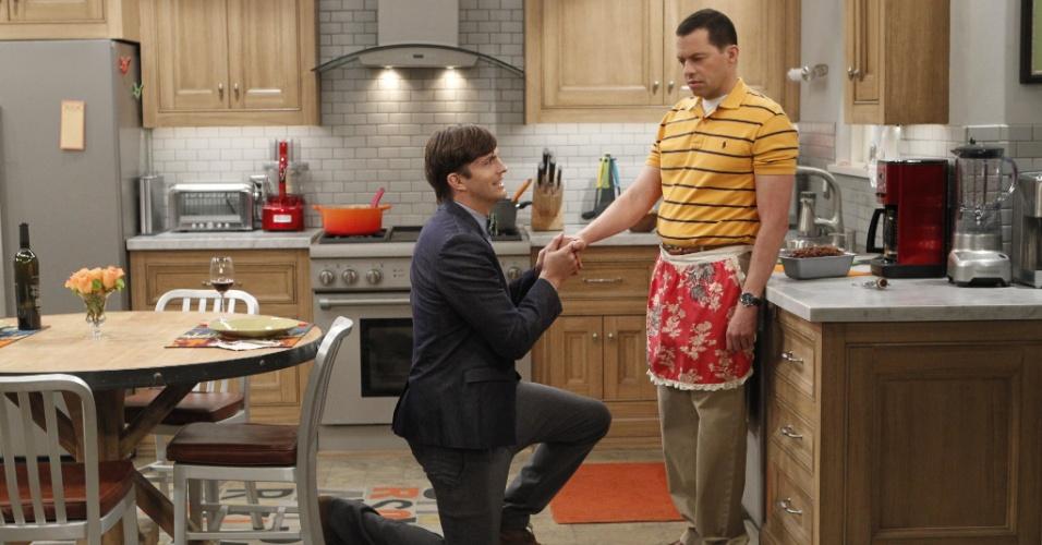 """Motivado pelo desejo de adotar um filho, Walden (Ashton Kutcher) pede Alan (Jon Cryer) em casamento na estreia da última temporada de """"Two and a Half Men"""""""