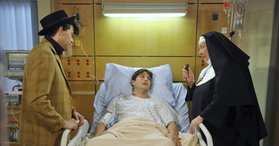 """Na última temporada de """"Two and a Half Men"""", Walden (Ashton Kutcher) tem problema de saúde e recebe visita de Alan (Jon Cryer) e Berta (Conchata Ferrell) no hospital"""
