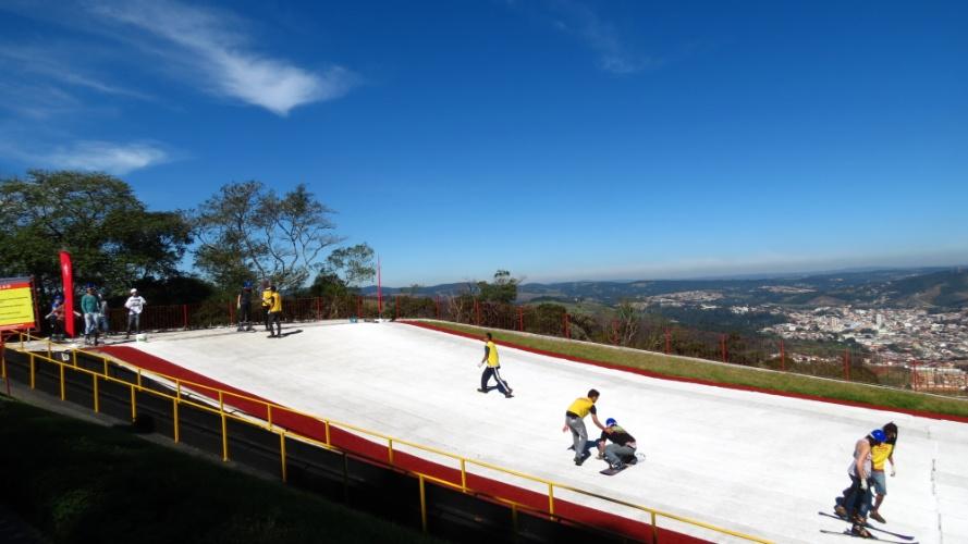 Ski Mountain Park tem atrações ao ar livre como arvorismo, passeio de bicicleta e arco e flecha. Também oferece pistas de esqui para iniciantes e praticantes