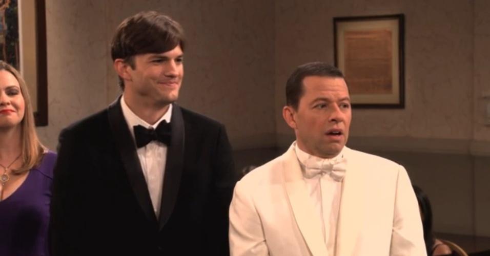 """Walden (Ashton Kutcher) e Alan (Jon Cryer) celebram casamento na última temporada de """"Two and a Half Men"""""""