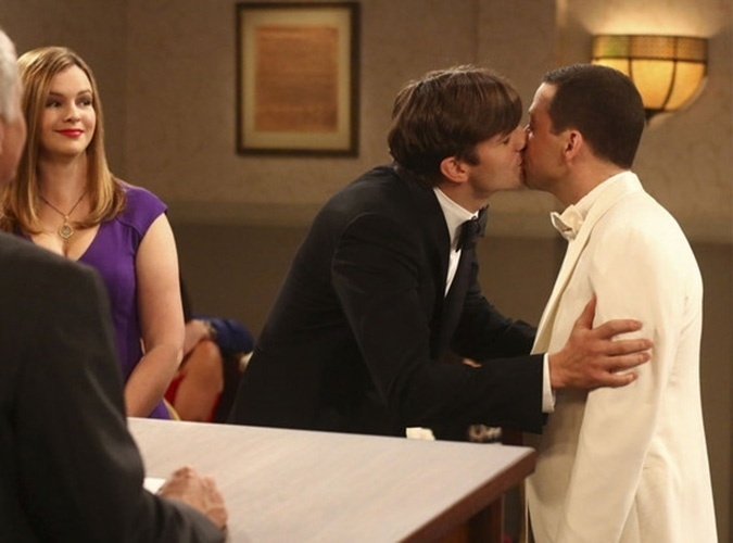 "Walden (Ashton Kutcher) e Alan (Jon Cryer) selam casamento com um beijo na última temporada de ""Two and a Half Men"""