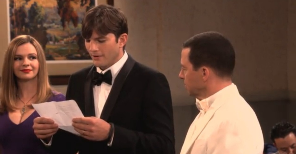 """Walden (Ashton Kutcher) lê os votos de seu casamento com Alan (Jon Cryer) na última temporada de """"Two and a Half Men"""""""