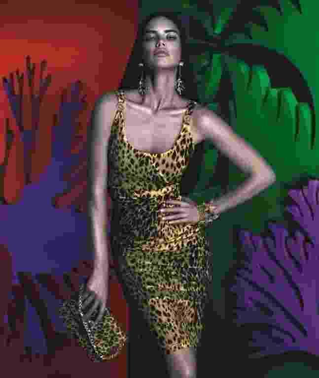 Adriana Lima estrela a campanha da coleção da Versace para Riachuelo, fotografada pela dupla Mert & Marcus - Divulgação