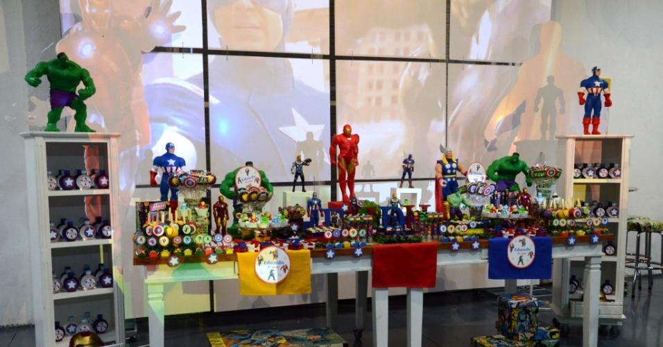álbum com festas de super-heróis | Nessa festa assinada pelo Espaço Vila da Arte, um telão atrás da mesa do bolo exibia imagens dos heróis tema da festa