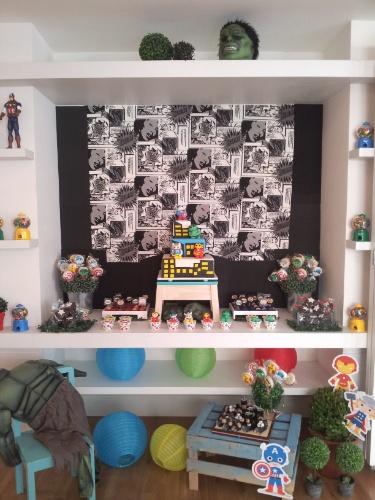 álbum com festas de super-heróis | Um dos destaques dessa festa decorada com super-heróis foi o painel em clima de histórias em quadrinhos