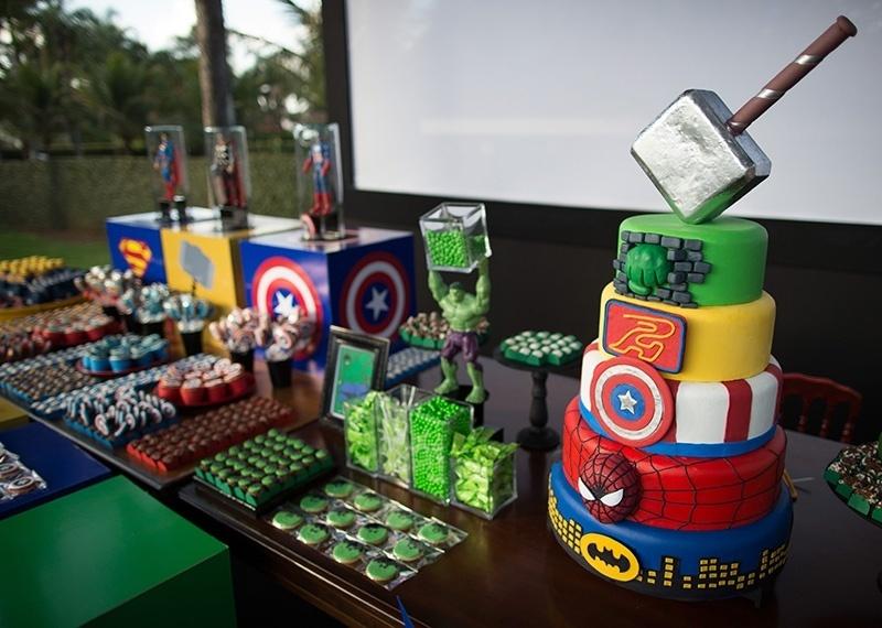 álbum com festas de super-heróis | Mesa principal da festa decorada com super-heróis do Ateliê Mãe e Filha