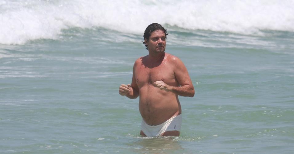 Aos 54 anos, o ator Felipe Camargo exibe barriga saliente durante banho de mar