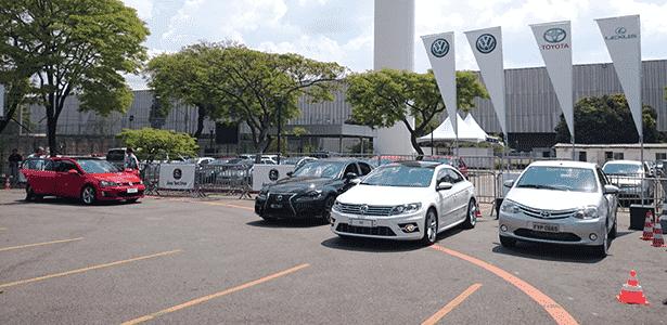 Área de test-drives do Salão de SP 2014 também tem modelos de luxo, como Lexus IS250 e Volks CC e Golf GTI - Murilo Góes/UOL - Murilo Góes/UOL