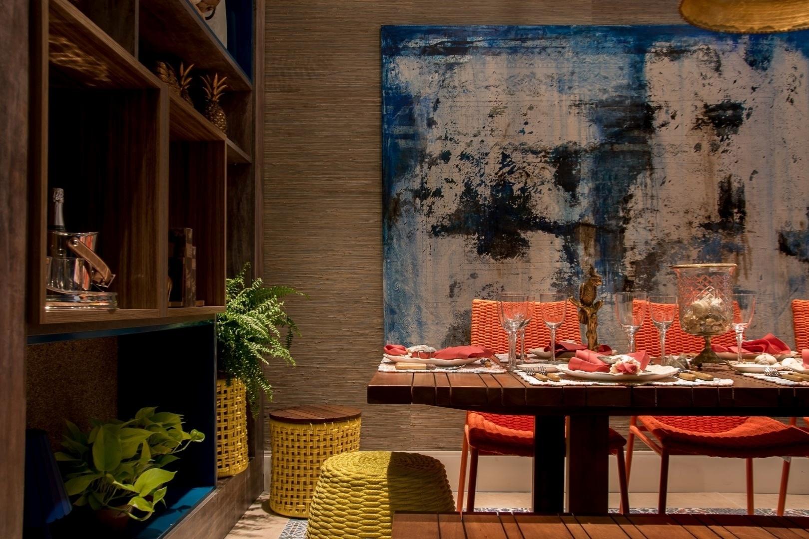 As Salas de Estar e Jantar (foto) da Casa de Praia são um projeto de Láyza Meireles, Luciane Lucena e Patrícia Póvoa. Para a área de refeições, as profissionais empregaram um papel de parede com efeito
