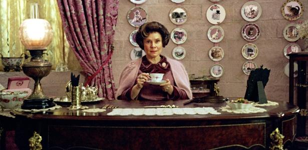 """Dolores Umbridge (Imelda Staunton) em cena da saga """"Harry Potter"""" - Reprodução"""