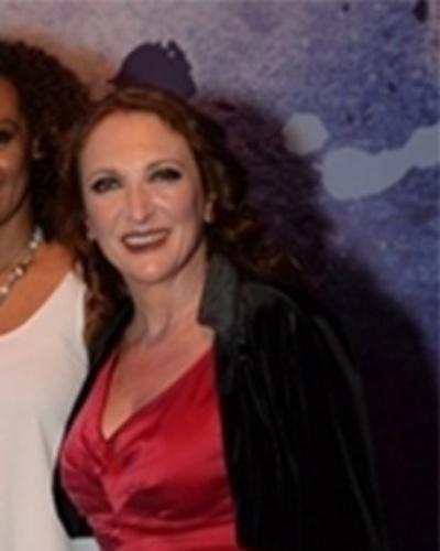 MEIRE ROSAS (Débora Olivieri): Mãe de Ana Dirce (Marianna Armellini), é  rígida. Morreu no mesmo acidente que a filha