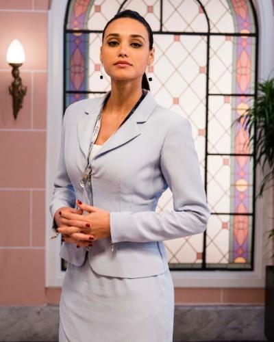 SUELI CALDAS (Débora Nascimento): Secretária de Marcos Bittencourt (Thiago Lacerda). Morre de vergonha da mãe Aurélia (Ana Carbatti)
