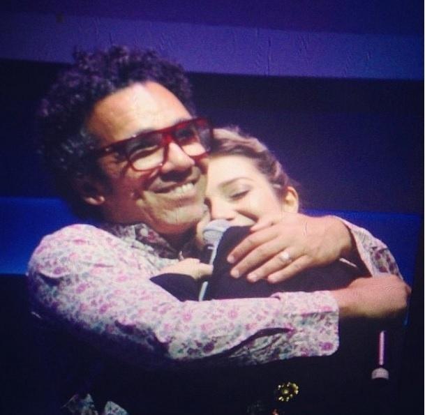 """1º .nov.2014 - Simoninha abraça Luiza Possi, no show """"Baile do Simoninha"""", em São Paulo"""