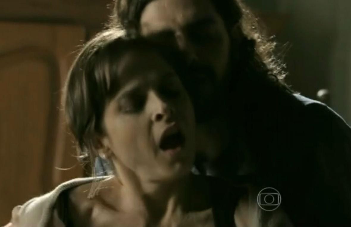 1.nov.2014 - A vilã Cora dos Anjos (Drica Moraes) recuou na hora
