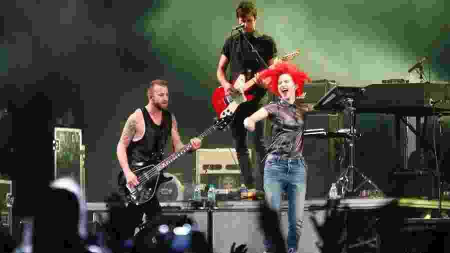 1°.nov.2014 - Hayley Williams, vocalista do Paramore, se empolga no palco durante apresentação no evento - Reinaldo Canato/UOL