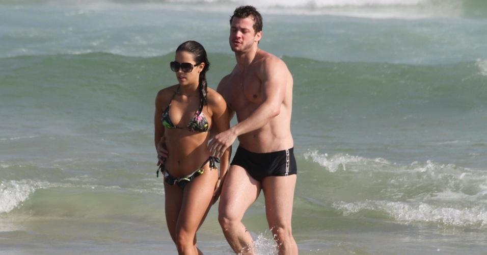 1.nov.2014- Pérola Faria e o namorado saem do mar após trocarem beijos ardentes