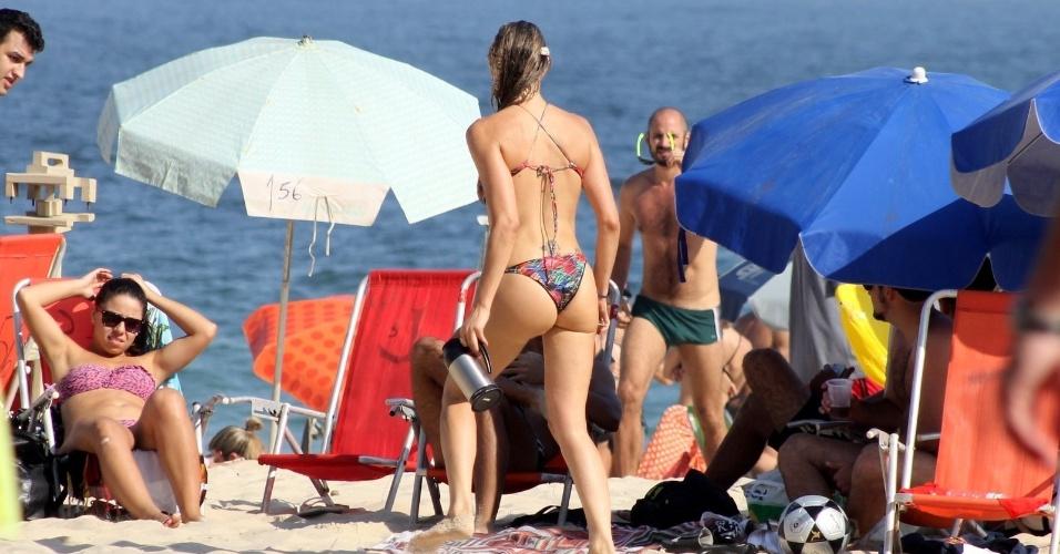 2.nov.2014 - Fernanda Lima curte domingo em praia carioca