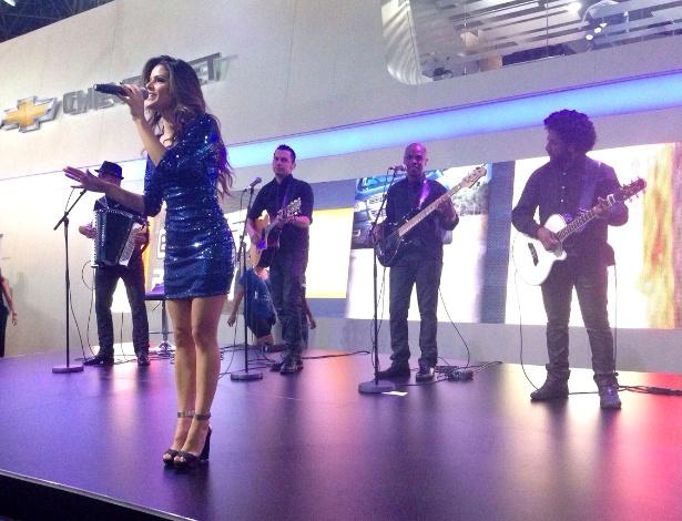 Cantora Suellen Santos se apresenta no estande da Chevrolet - Alessandro Reis/UOL