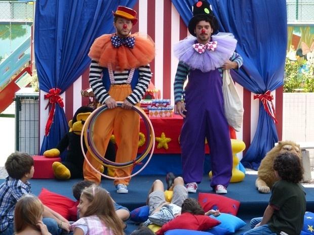 Vestido de palhaço, Leonardo arruma emprego  como animador de festa infantil para pagar as contas. Ele é incentivado por André: